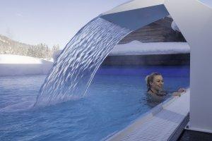Ein Winterliches Bad im beheizten Pool