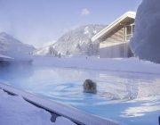 Winterbad mit Bergblick