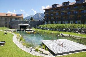 Ein Badesee direkt am Hotel