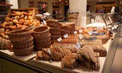 Große Auswahl an hausgebackenem Brot