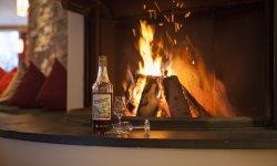 Guter Whisky am warmen Kaminfeuer