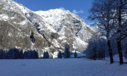 Schneebedeckte Gipfel im zauberhaften Oytal
