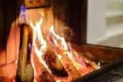 Knisterndes Feuer im Wellness-Wohnzimmer