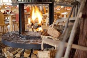 Alpen-Restaurant mit offenem Kamin