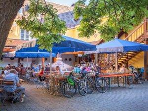 Hausgemachtes Bier und Allgäuer Schmankerl erwarten die Gäste im wunderschönem Biergarten.