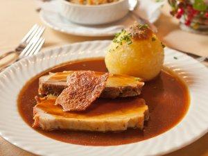 Schweinebraten frisch aus dem Ofen! Was ist Ihr Lieblingsgericht aus unserem Restaurant?