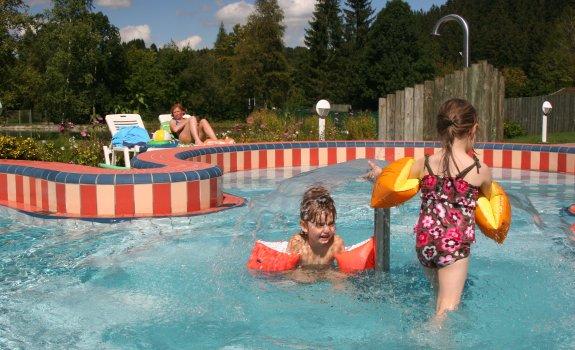 Im Kinderaußenbecken vergeht die Zeit mit Freude und viel Action!