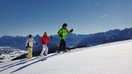 Bei einer Schneeschutour lernen Sie die Berge ganz neu kennen.