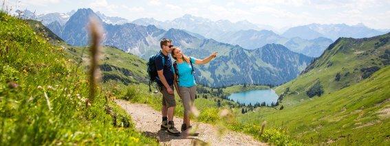 Wandern mit Blick auf den Seealpsee (c) OK-Bergbahnen - Alex Savarino