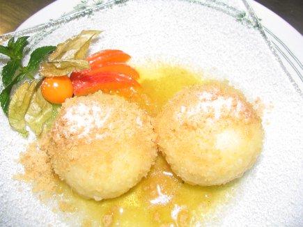 Marillenknödel mit brauner Butter, Zimtzucker und Knusperbrösel