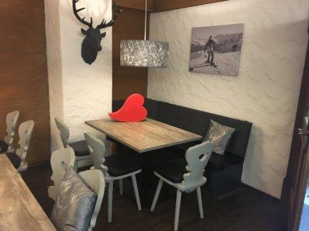 Neue Stühle und Lampen im Frühstücksbereich