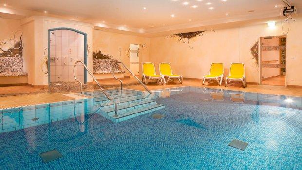 Schwimmbad im Wellnessbereich