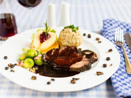 Wildschweinbraten mit Semmelknödel - Ein Klassiker in unserem Restaurant