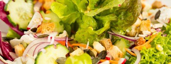 Knackiger Salatteller aus dem Restaurant
