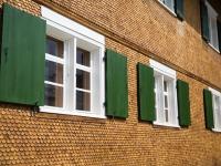 Schöne grüne Fensterläden