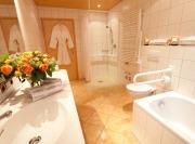 Badezimmer mit Wannenbad