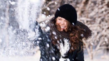 Schneeballschlacht im Winter