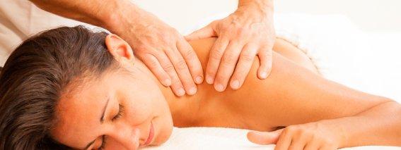 Entspannende Wellnessmassage im Haus