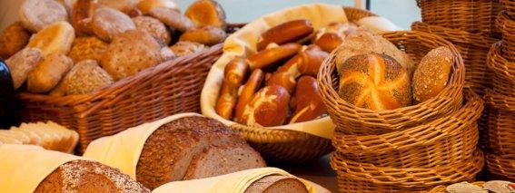Große Brotauswahl beim Frühstück