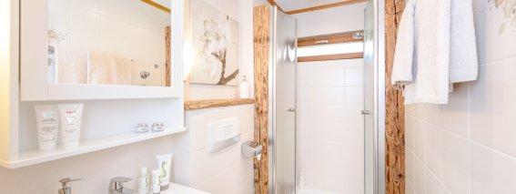 Alpines Badezimmer mit Echtholz