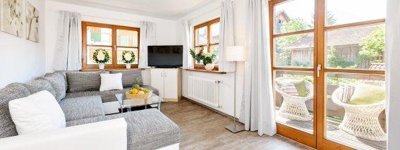 Einladender Wohnbereich und Zugang zum Balkon