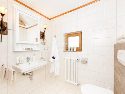 Modern und neu renoviertes Badezimmer