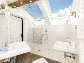 Badezimmer mit Blick in den Allgäuer Himmel