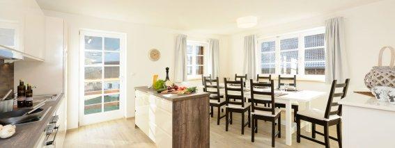 Ferienwohnung Enzian große Küche mit Esstisch