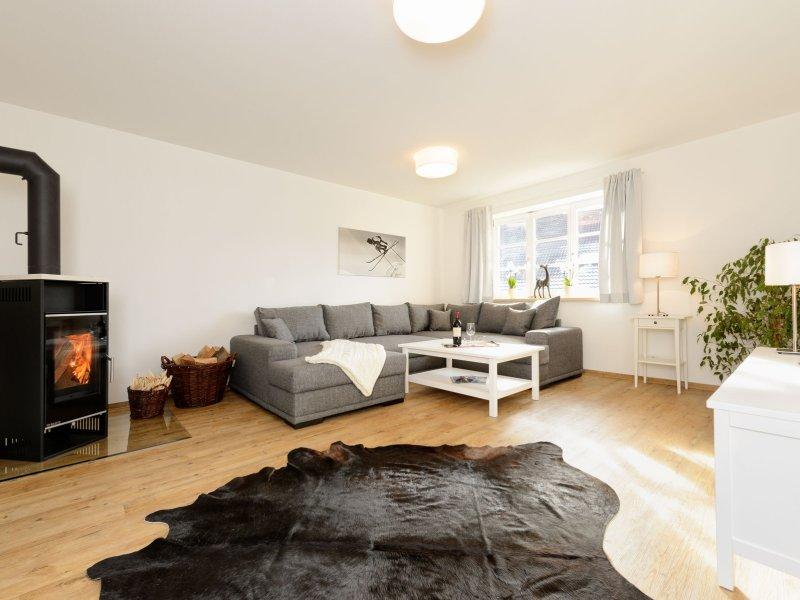 Ferienwohnung Enzian - Wohnzimmer mit Holzofen