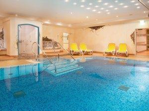 Pool mit 30 qm und 30 Grad warmen Wasser