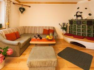 Wohnzimmer mit gemütlichem Kachelofen