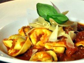 Tortellini mit Ricotta-Spinatfüllung in Tomatenrahm