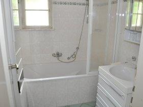 Kleines Badezimmer im Erdgeschoss