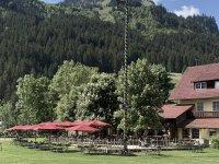 Der Maibaum und der Biergarten am Hotel WIesengrund