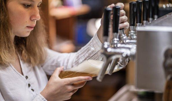 Frisch gezapftes Bier aus eigener Brauerei - ein echter Genuss!