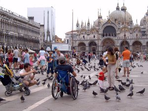 Rollstuhlfahrer Markusplatz