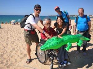 Strand mit Rollstuhl