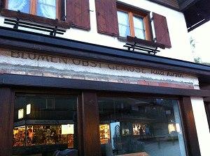 Beim Ohmayer in der Oststrasse blinzelt kurz die Reklame für Blumen, Obst und Gemüse Rudi Kirsch durch