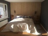 Großes Schlafzimmer mit bequemen Bett