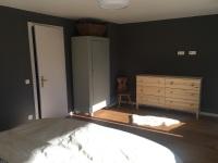 Großes Schlafzimmer mit Kommode und Schrank