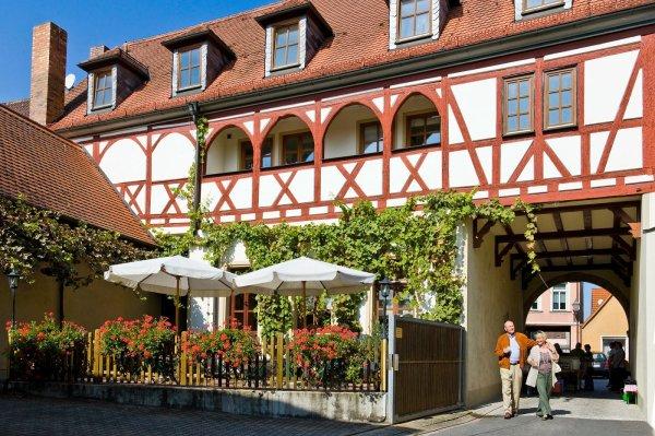Der Innenhof vom Weingut Arnold