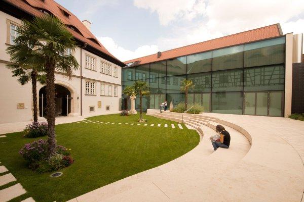 De Innenhof des Knauf-Museums