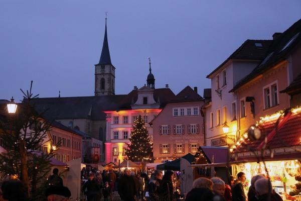 Weihnachtsmarkt auf dem historischen Marktplatz