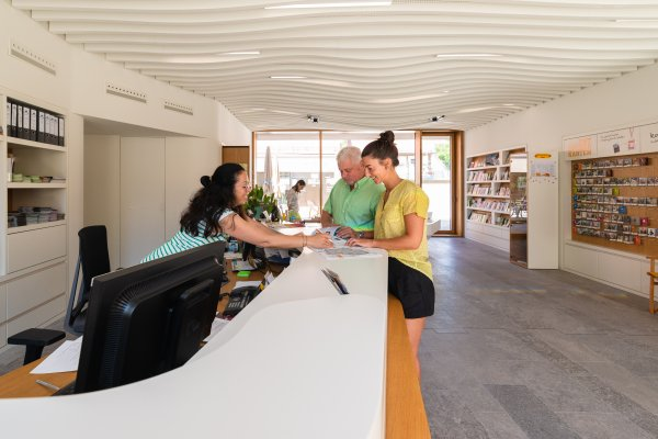 Kompetente Beratung in der Tourist Info Iphofen