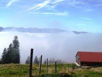 Nebel im Tal Sonne auf dem Berg