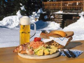 Brotzeit mit Bier im Winter