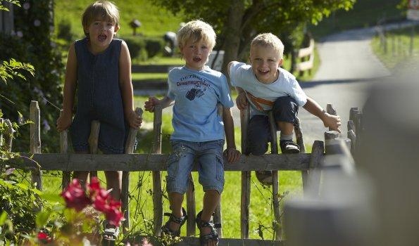 Kinder am Gartenzaun g