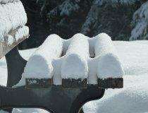 Bank mit Schnee im Allgäu