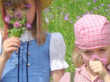 Blumenmädchen im Kräutergarten