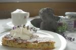 Apfel-Lavendelkuchen und Capuccino